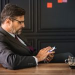 empreendedor lê no celular estudo do mit