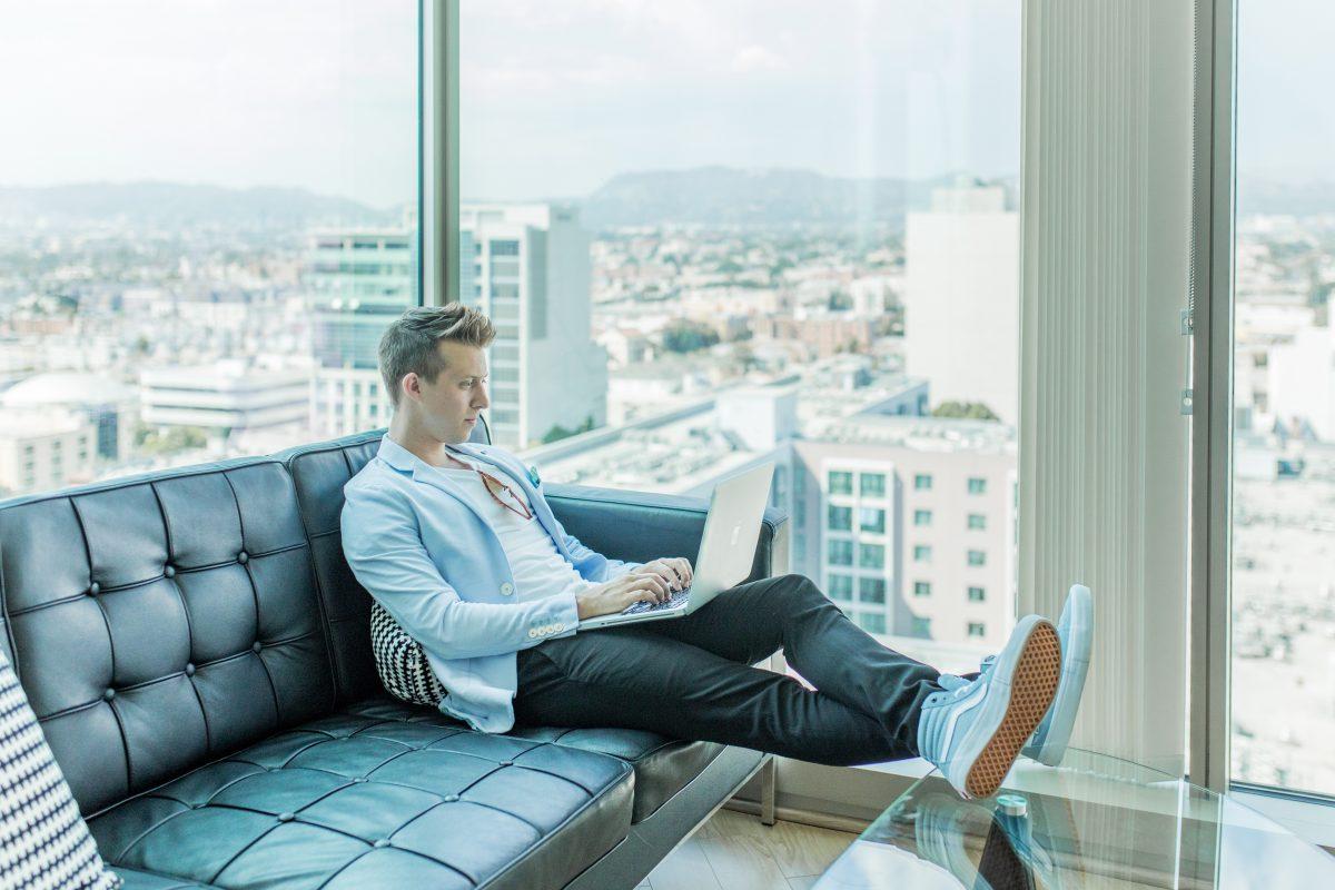 jovens empreendedores sentados no sofá
